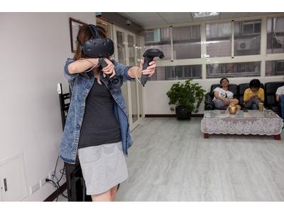 很害怕的玩 VR