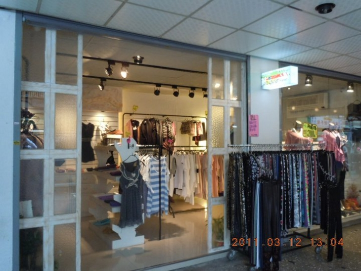 韓國服飾店裝潢照片