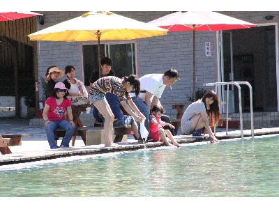 天然山泉水泳池 群眾戲水