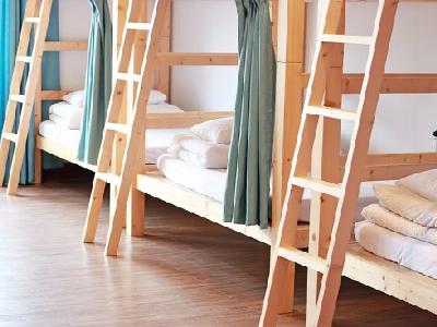 在『魚樂魚池 日月潭青年旅館』我們提供旅人一個乾淨舒適的床位,不論是安靜的休息或閱讀,或是到一樓的開放餐飲空間