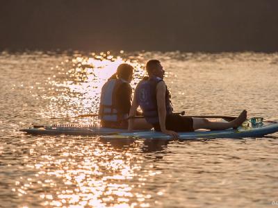 在『魚人立槳 SUP體驗教學中心』教練將帶著你,享受日月潭的風和日麗,少許的霧氣配上藍天白雲襯托出湖光山水的美