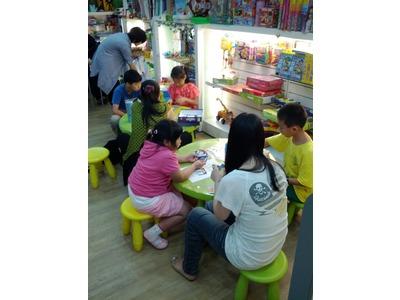 同仁正賣力教孩子玩桌遊