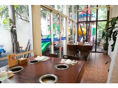 室內用餐與戶外遊戲區