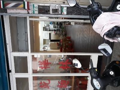 門口有位置停機車。
