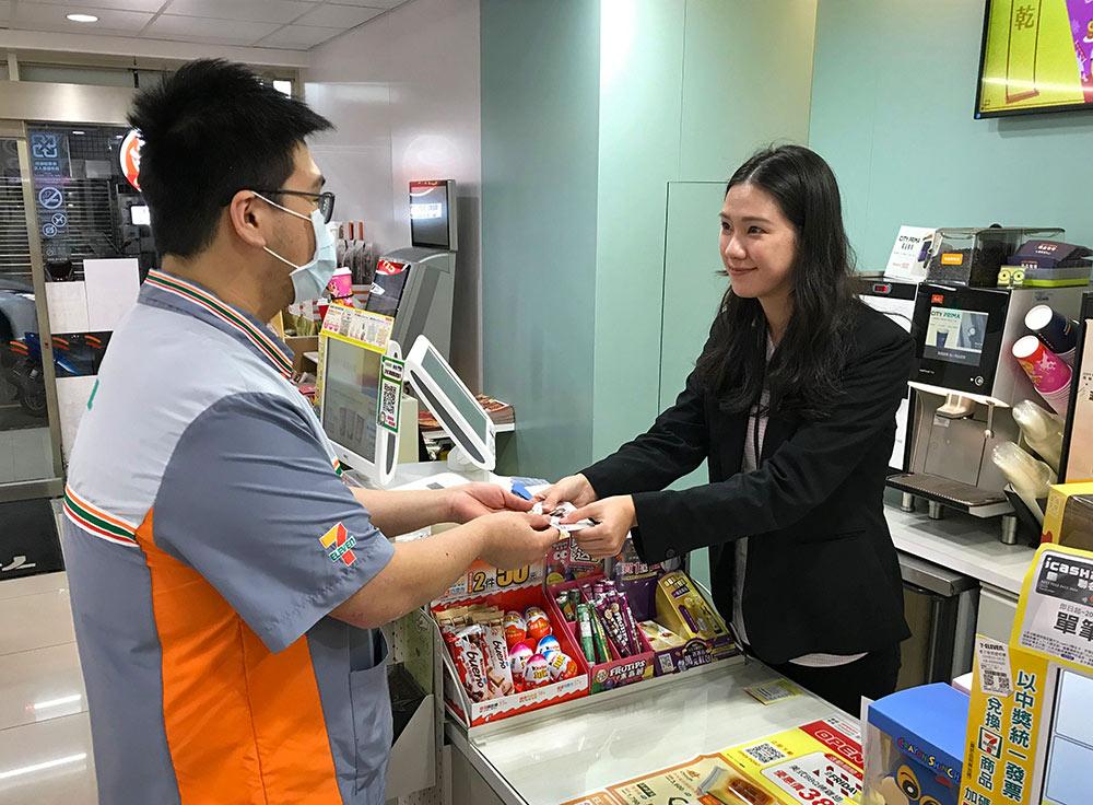 統一超商基隆區顧問林昕萍正和門市夥伴交流服務客人的注意事項。