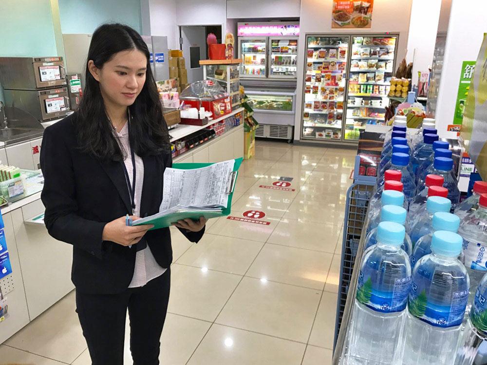 林昕萍在確認門市架上商品的陳列狀況。