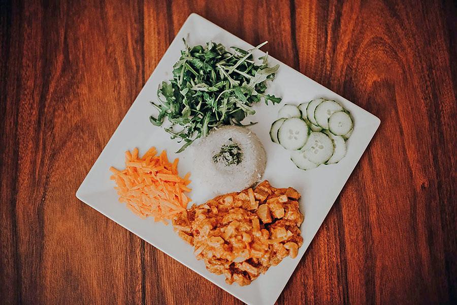 風行國內外的「211」一日餐盤:每餐2份青菜、1份蛋白質、1份碳水化合物。進食順序謹守「蛋白質→蔬菜→澱粉→水果」之外,並以原型食物為基礎,讓168間歇性斷食效果加倍。