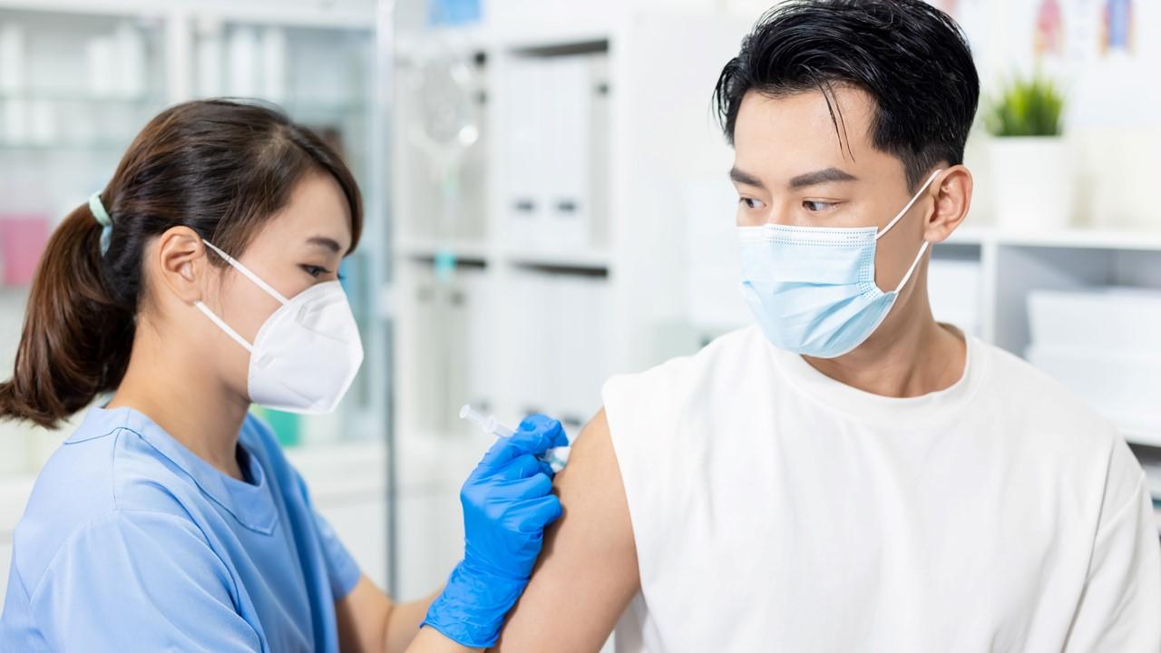 何時才輪到我打新冠疫苗?一文秒懂公費疫苗接種順序