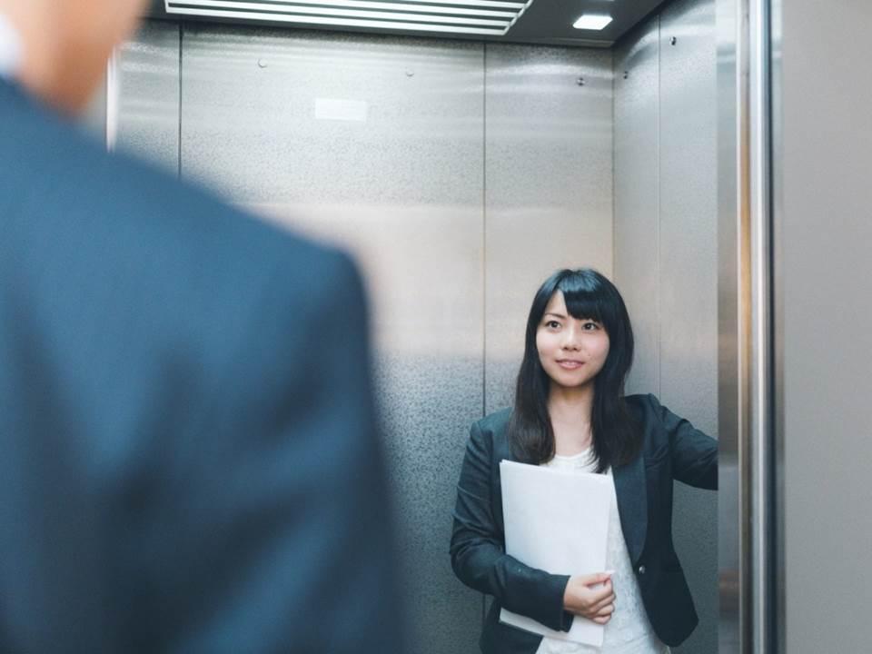 跟主管同乘電梯,誰該走前面?不可不知的電梯禮儀大揭曉